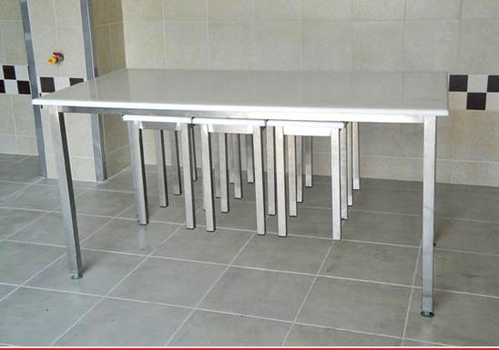 http://www.matchyra.pl- stoł do jadali nierdzewny z blatem polietylenowym i podwieszanymi taboretami na ślizgach gat. 1.4301